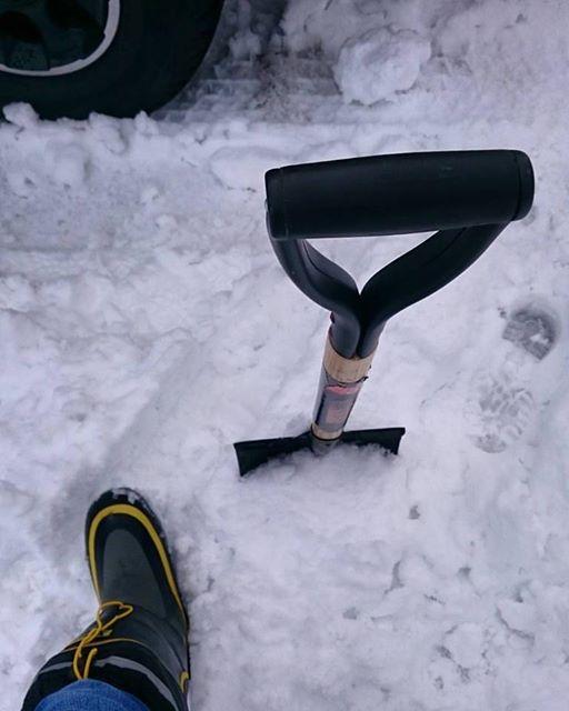 防寒ブーツとスコップ
